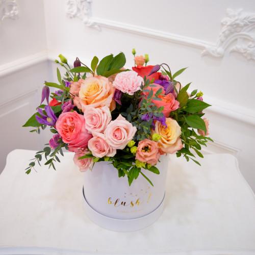 Boîte de fleurs fraîches colorée composé d'hortensias et de roses roses
