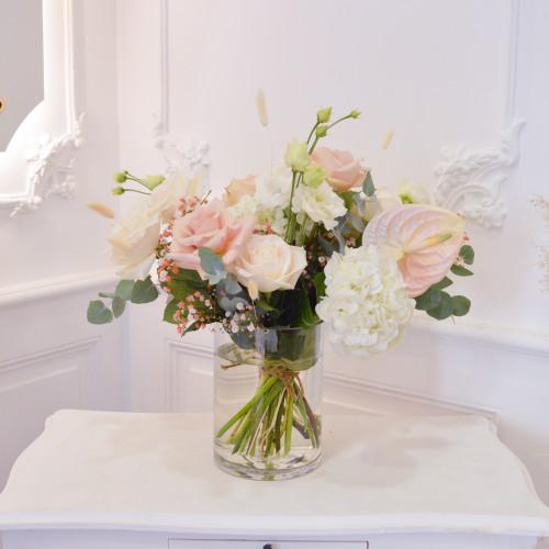 Bouquet de fleurs fraîches déstructuré blanches et rose poudré avec hortensias et roses