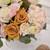 Bouquet de fleurs fraîches rose pale et caramel avec boite à chapeau