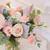 Bouquet de fleurs fraîches déstructuré composé de roses roses, d'hortensias blancs et de lisianthus rose pâle