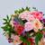 Bouquet coloré de fleurs fraîches composé d'hortensias et de roses saumon