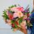 Bouquet coloré de fleurs fraîches composé d'hortensias et de roses roses.