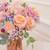 Bouquet de fleurs fraîches composé d'hortensias et de roses roses, ainsi que de gypsophile rainbow.