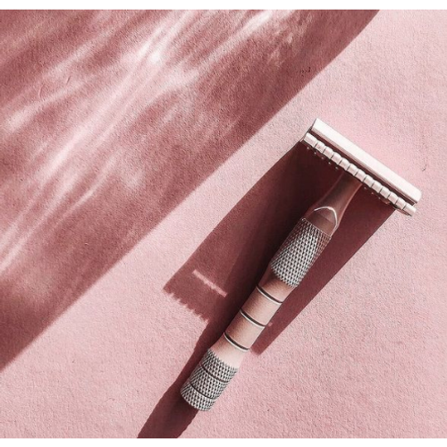The well kept brass safety razor comes with one blade.     There are three main reasons to make the switch to a safety razor:  Superior shave with reduced irritation.  Sustainable, plastic free alternative.  More cost effective in the long run.