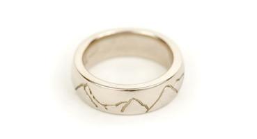 18ct White Gold ring featuring Scottish / New Zealand Mountain range (CJ239)