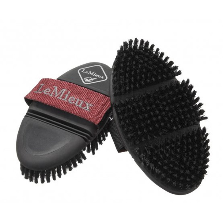 The synthetic bristles on the LeMieux Flexi Soft Body Brush provide a comfortable but efficient clean, with the flexi design allowing you to reach almost every part of the horse's body.  The ergonomic shape fits into the hand perfectly which reduces wrist strain and gripping effort on the brush, while an elasticated strap allows for the perfect fit.