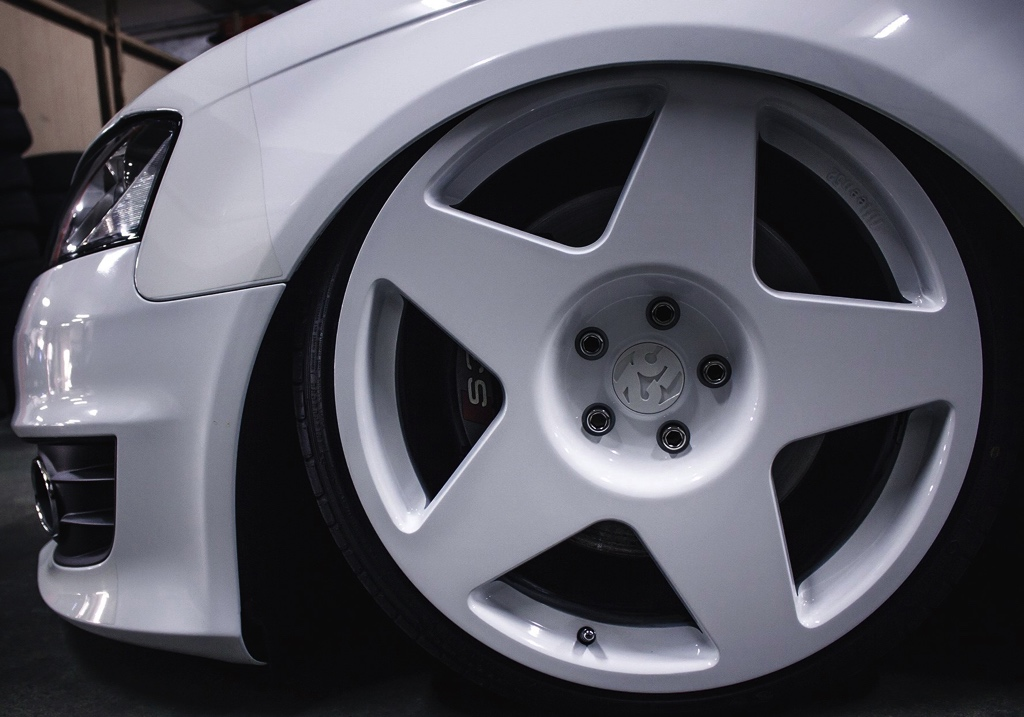 VW Golf with white fifteen52 tarmac wheels