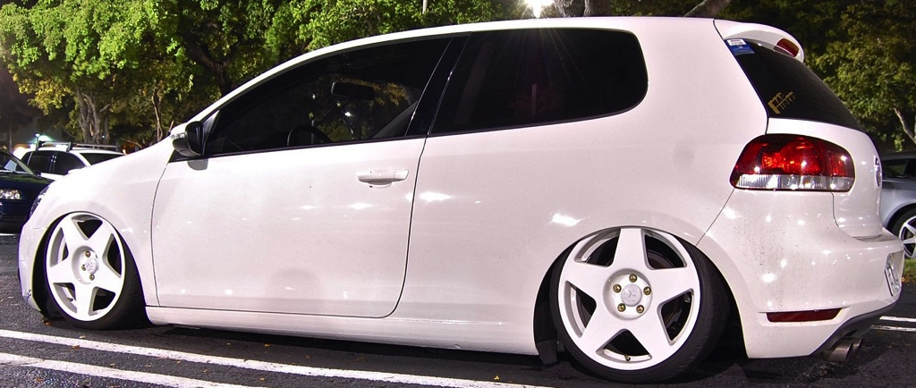 VW Golf with fifteen52 tarmac wheels