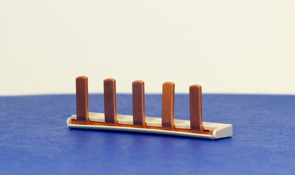 Q1233L-5 (5-Way Insulated Busbar + Endcaps)