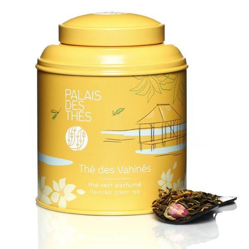 An exclusive creation by Palais des Thés, Thé des Vahinés – Thé vert is a rich recipe combining the scents of vanilla and almond with marigold petals. This new recipe, based on green tea, contains rosebuds.  Thé des Vahinés – Thé vert is a smooth, warm blend with a delicate bouquet, to delight the senses.  The canister, containing 100g of whole-leaf tea, features an illustration evoking an exotic destination:  - Made from lacquered metal, it protects tea from air and light  - The canister contains 100g of whole-leaf tea