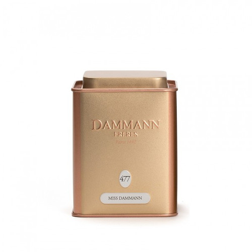 Spirited and spicy like a Parisian mademoiselle, Miss Dammann combines green tea and ginger with the fruity, tangy scents of lemon and passion fruit. A fresh and lively blend. Packed in rose gold metal box. Net weight: 100 g / 3,52 oz  Dominant note: Spicy/ Woody Note(s) secondaire(s) : Citrus fruits, Exotic fruits Type(s) of tea: Green tea Main flavour: Ginger Complementary flavour(s): Lemon, Passion fruit