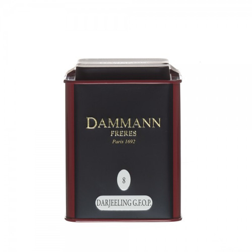 Black tea from Darjeeling harvested on the Himalayan foothills, delivering an amber-coloured liquor,with light notes of ripe fruits. To drink at any time of the day.  Conditioned in a metal box. Net weight 100 g / 3,52 oz  Dominant note: Plain Type(s) of tea: Black Tea