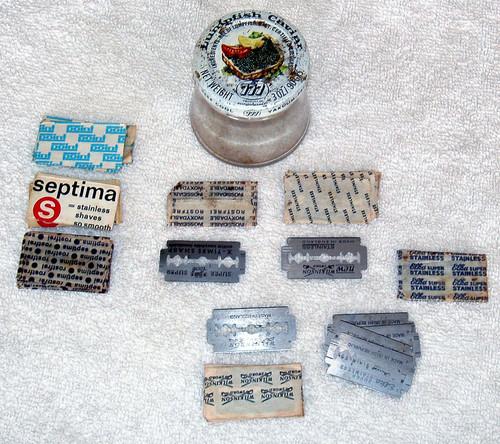 Mixed assortment of  vintage double edged razor blades