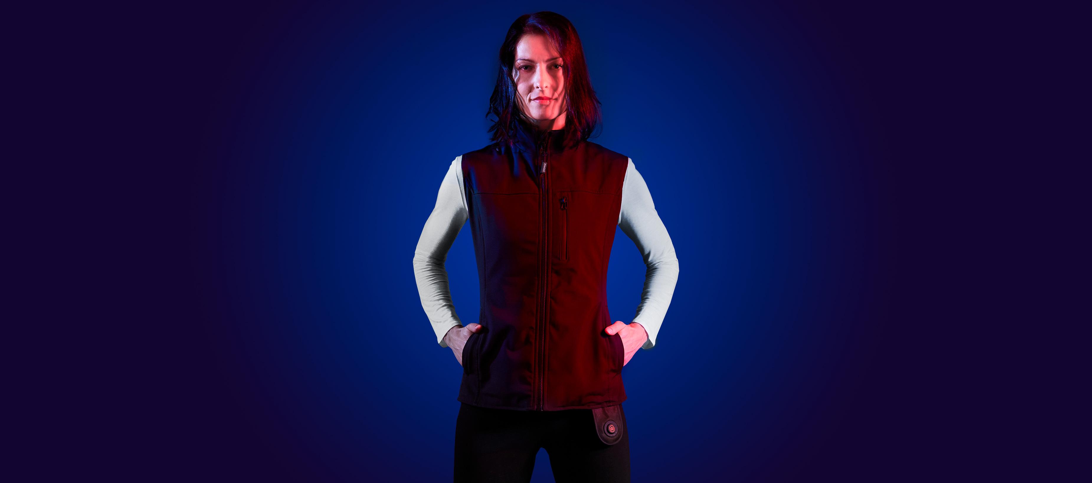 Femme confiante portant la veste chauffante ewool