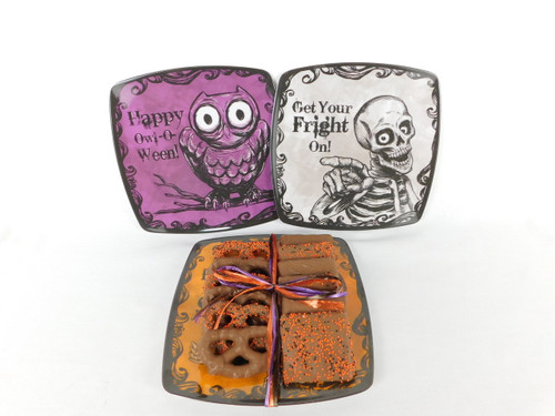 This Plastic Halloween Plate contains 6 chocolate covered pretzel and 6 chocolate covered grahams crackers. Including 3 decorated with sprinkles of each one.