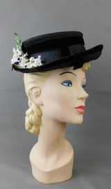 Vintage 1940s Black Straw Topper Hat White Flowers in the back, Colby