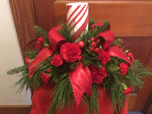 Beautiful centerpiece to complete the perfect Christmas table setting