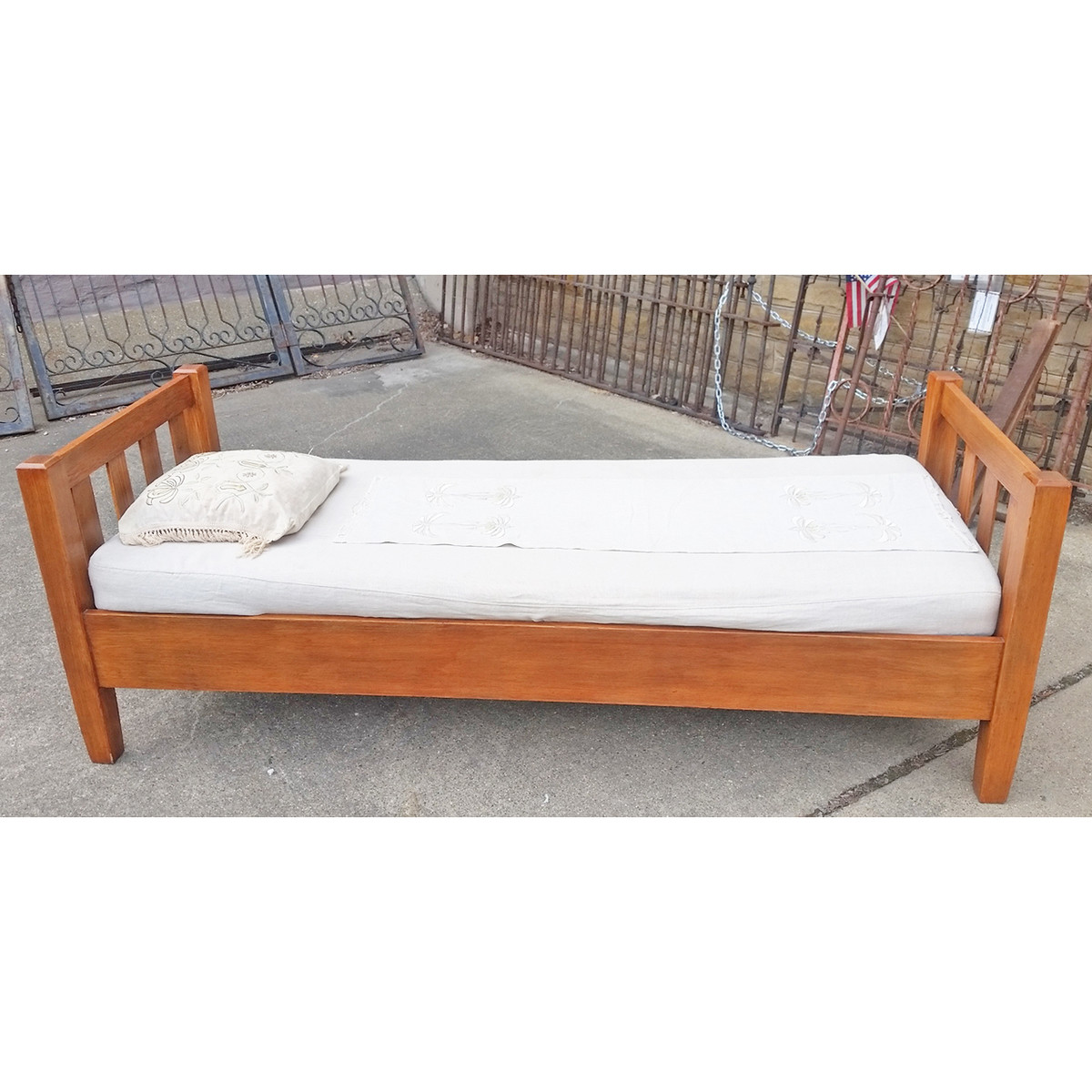 F19030 - Antique Arts and Crafts Oak Daybed