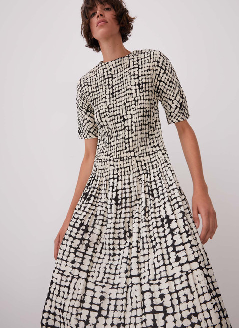 WHITE AND BLACK CRINKLE DRESS WITH SIGNATURE PRINT