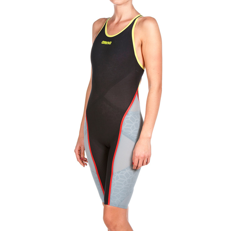 This Powerskin Carbon Ultra for women is an exclusive design of our most advanced competition swimsuit. Created for short distance races, Carbon Ultra has a two-in-one construction. Inside our Ultra Link System heightens body control and efficient movement. It comprises our Infinity-Loop taping and X-Pivot pattern which isolate muscle areas and improve your position in the water. Internal Ultra Compression panels deliver intense compression specific zones. Outside the exterior Carbon Ultra shell has three times more carbon and moulds to the body more accurately, ensuring uniform pressure, less drag and streamlined form.