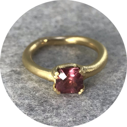 Aphra Ellen - 'Eight Claw Garnet Engagement Ring', 18ct yellow gold, mahenge garnet L