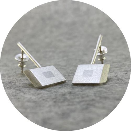 Melanie Ihnen - 'Married Metal Squares Stick Stud Earrings', 925 silver, platinum