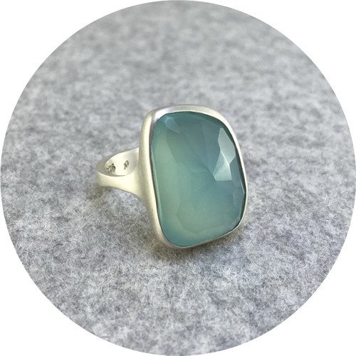 Leonie Simpson - 'Rose Cut Chalcedony Ring', 925 silver, chalcedony O