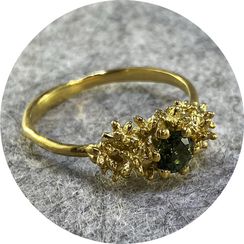 Manuela Igreja - 'Solitaire Spur Ring w 5mm Green Sapphire', 925 silver, sapphire, yellow gold plate  P