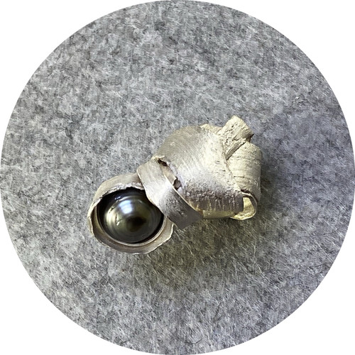 Radka Passianova - 'Discovery ring #7' 925 silver, pearl