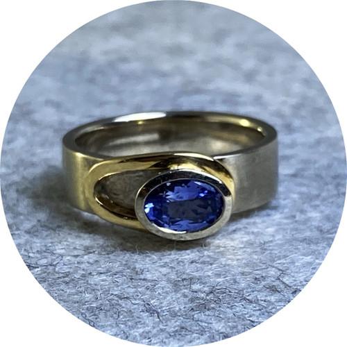 Ellinor Mazza - Lasso Halo Ring, 14ct white gold, 18ct yellow gold, Ceylon sapphire