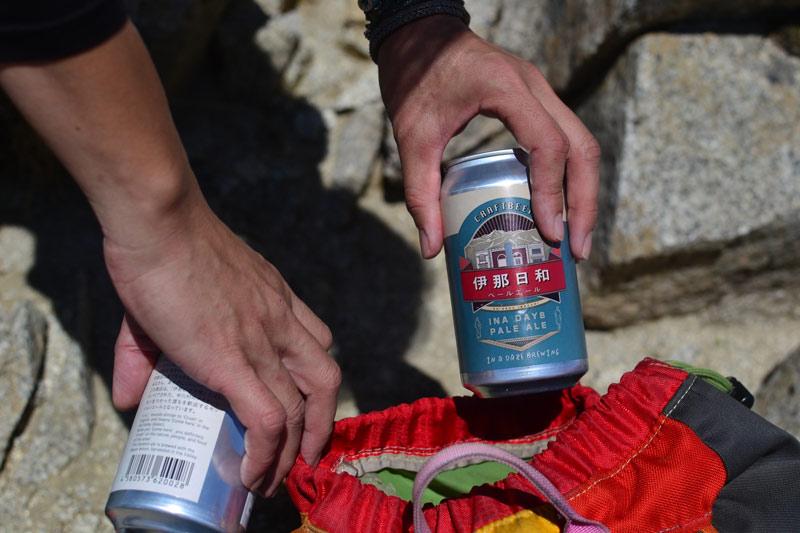 アウトドアにも持ち運び楽ちんな伊那日和缶。木曽駒ヶ岳から臨む伊那谷ののどかな空気と伊那日和ペールエール。