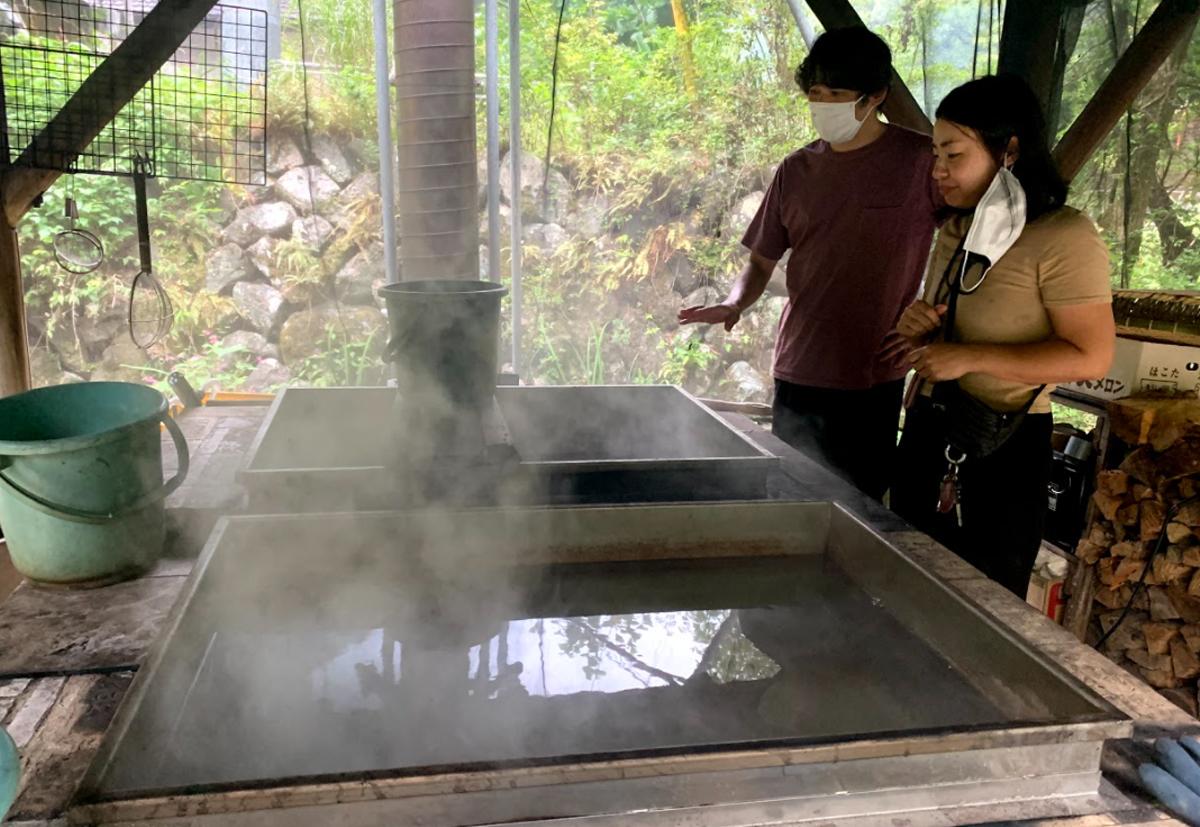 この薪窯を使って、塩じいが山塩を手作り