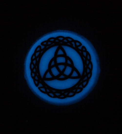 Celtic Knots needle minder Glow in the Dark blue