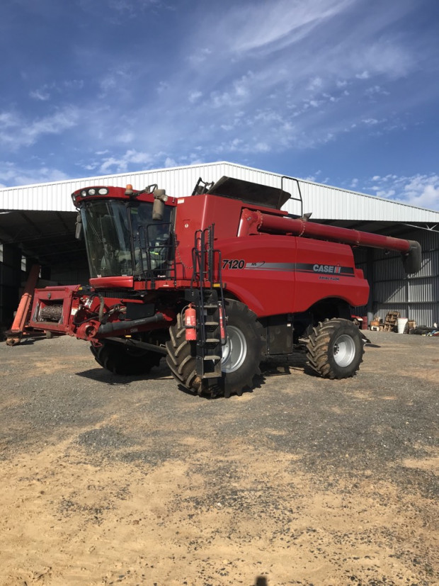 CASE IH 7120 Combine and Front 2011 Model