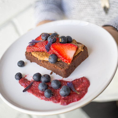 This pack comes with Strawberries, Peanut and Coconut Butter and 2 slices of Cacao Bread.