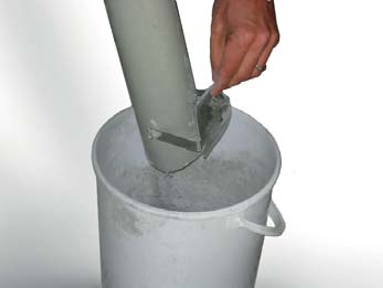 The cement sampler is suitable for free fl owing powders with a bulk weight of approximately 1 kg/liter.