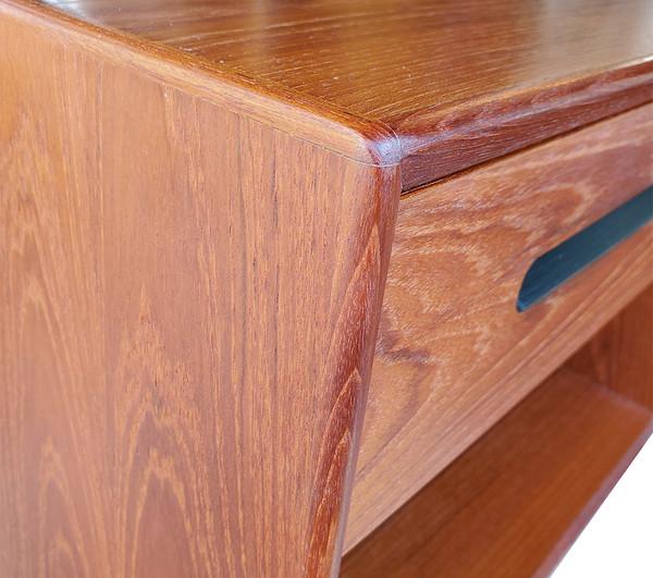 Natural teak wood grain on Westnofa end table.