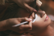 Which Is Better—Eyelash Extensions or False Eyelashes?