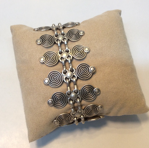 Bracelet with circular accents, zinc based, nickel free, skin friendly allow, never loses its luster at Bijou's Boutique. Made in Turkey