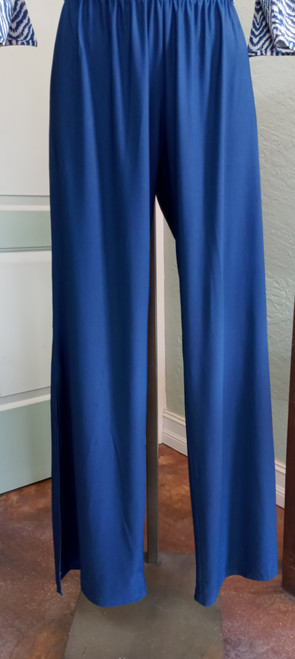 La Mer Luxe Navy Knit Kinsley Pant at Bijou's Boutique. Beautiful lightweight pant   with elastic waistband and side slit from knee area to hemline.  90% Polyester/10% Spandex.     Pairs perfectly with La Mer Luxe Navy Chevron Knit Milan top - item # 34-0024.