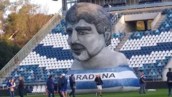 Inflables de Maradona en su debút como director técnico