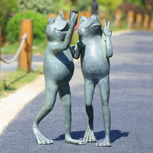 "Frog Friends Garden Sculpture ""Selfie"" 