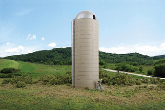 WALTHERS 533332 Rural Concrete-Style Silo (HO)