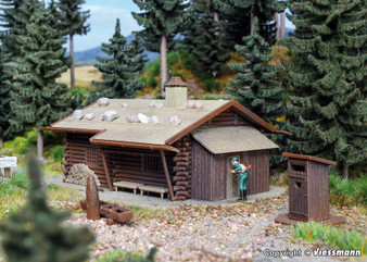 Vollmer 43708 Hunting lodge with fountain and outhouse (HO)
