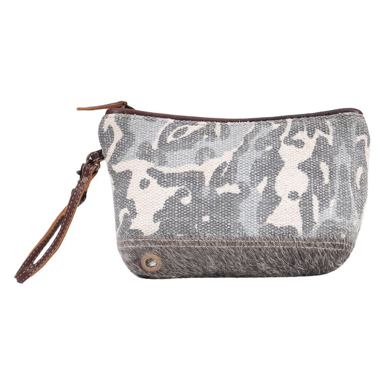 The combination of canvas with grey hairon looks fab. This SMALL BAG has a beautiful design to compliment your style. Made of upcycled canvas and leather.