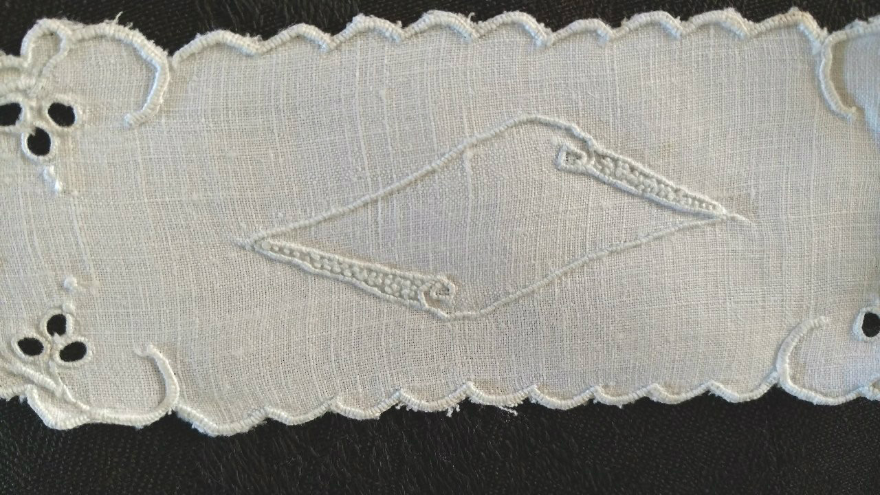 5 Linen Cloth Napkin Holder Rings Cutwork Embroidery Motif  Vintage 1920s