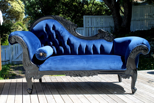 Chaise longue with a black frame and upholstered in galaxy blue velvet