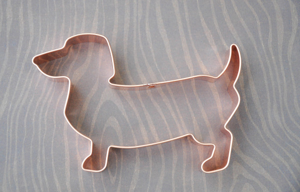 DACHSHUND WITH TAIL UP