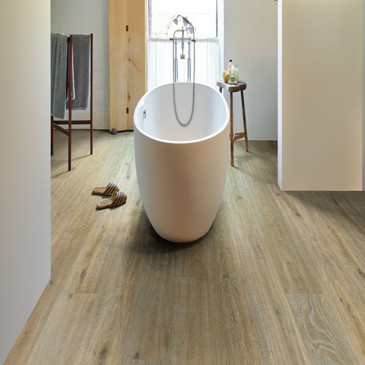 Grande, waterproof surface.     Thanks to the milled grooves in the top lacquer layer, HydroShield protection on the sides and the strong and reliable click system, Grande easily stands up to water spills, making it the ideal laminate floor for installing in kitchens and bathrooms.     9MM, long & wide planks  2050 x 240 MM | 80.7087 x 9.4500 INCH | 6.7257 x 0.7874 FT  6 PLANKS/PACK | 2,9520 M2 | 31.7750 FT2    •REAL WOOD SENSATION •NATURAL VARIETY •4-SIDED PARQUET BEVEL •HYDROSHIELD WATERPROOF SURFACE      www.tuscanytiles.co.uk