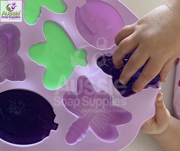 Mini Tutorial DIY Kids Melt and Pour Soap Kit
